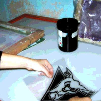 Faire de la sérigraphie chez soi: débuter avec un manuel et un kit