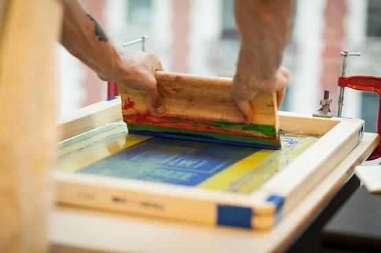 Reproduire un tableau sur du carton avec la technique sérigraphique