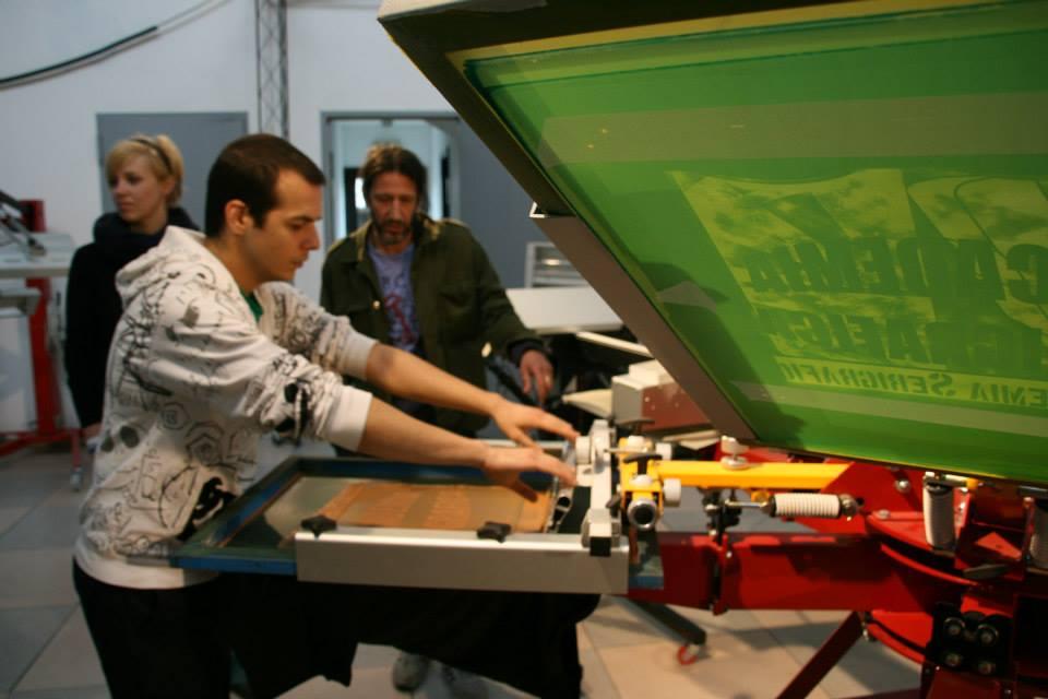 Deux façons de créer un petit laboratoire d'impression sur tee-shirt et tissu