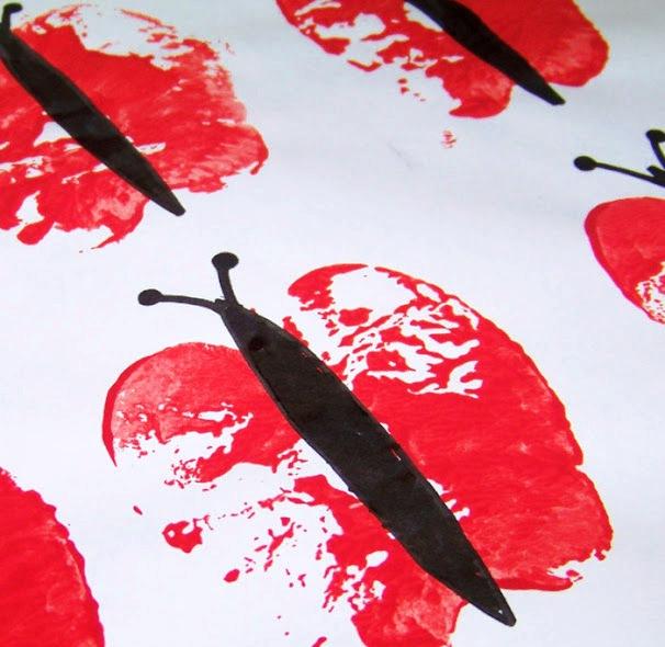 Faire des impressions sur du coton avec tampons et des encres de sérigraphie