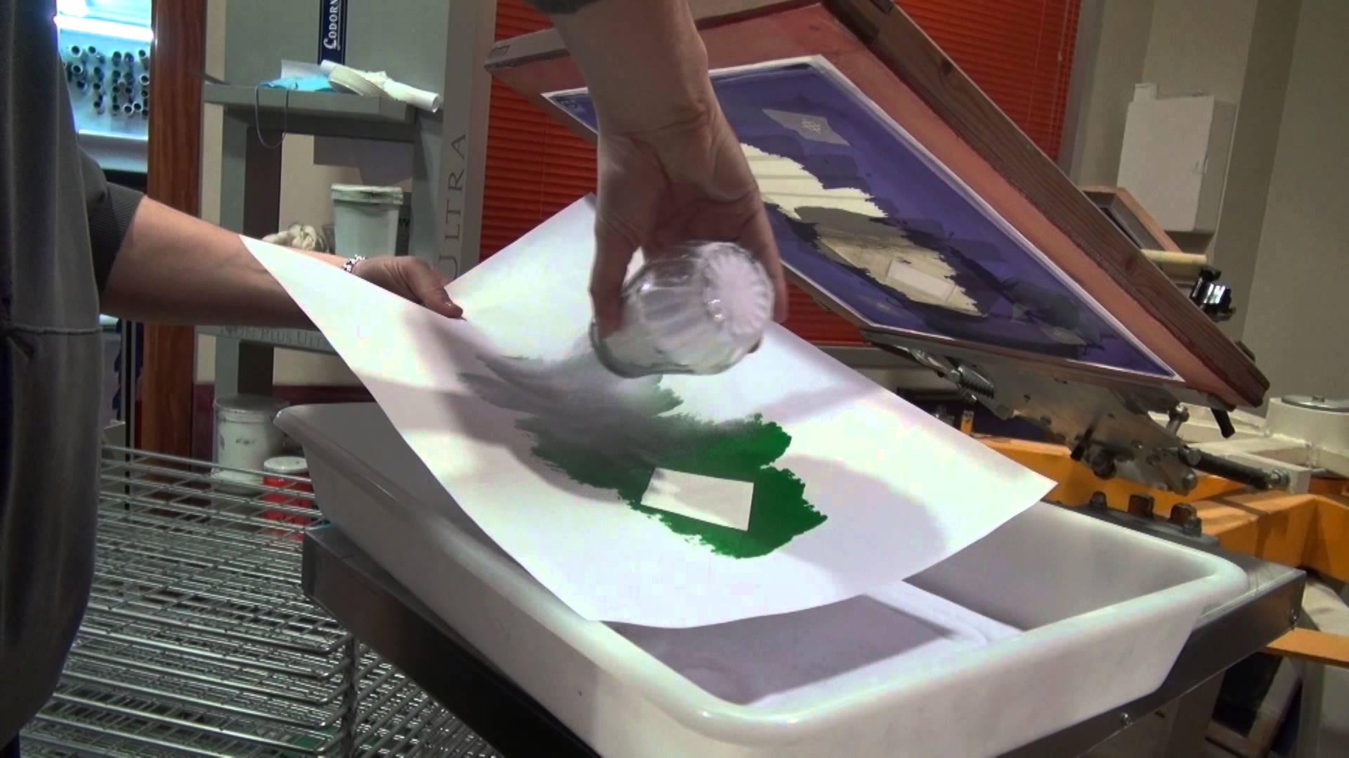 Transfert sérigraphique : comment utiliser la poudre plastique fine