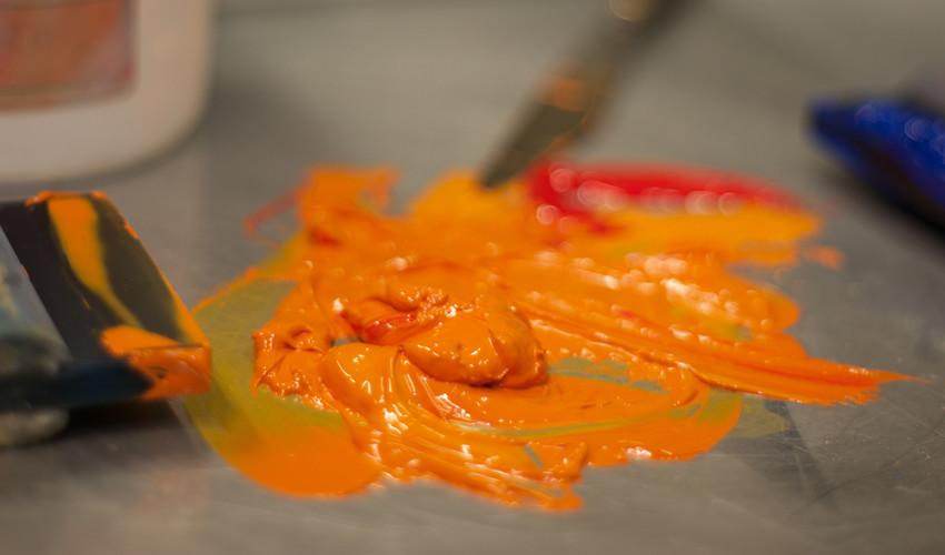 Encre orange sur fond sombre. Comment résoudre les problèmes de couvrance