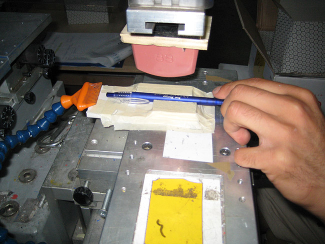 Quelle encre utiliser pour imprimer sur des stylos et des briquets avec la technique de tampographie?