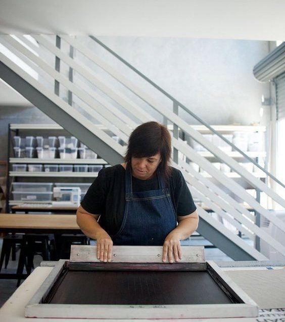 Sérigraphie: l'astuce pour imprimer la couleur blanche sur du rouge